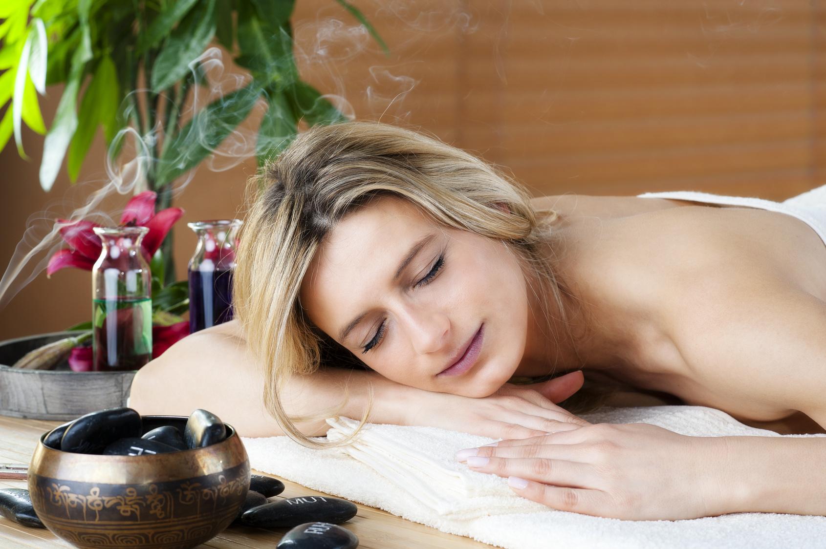 Wellness mit Räucherstäbchen Massage